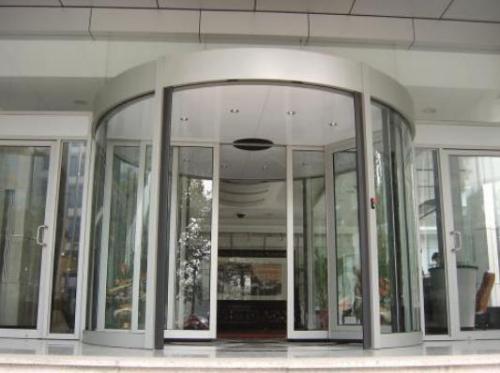 详谈旋转门的特点应用及旋转门是建筑用门的发展史